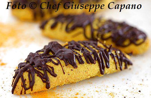 Piccoli biscotti in giallo alla curcuma con zenzero e cioccolato 518
