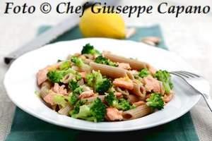 Pasta integrale piccante con broccoletti e salmone 318