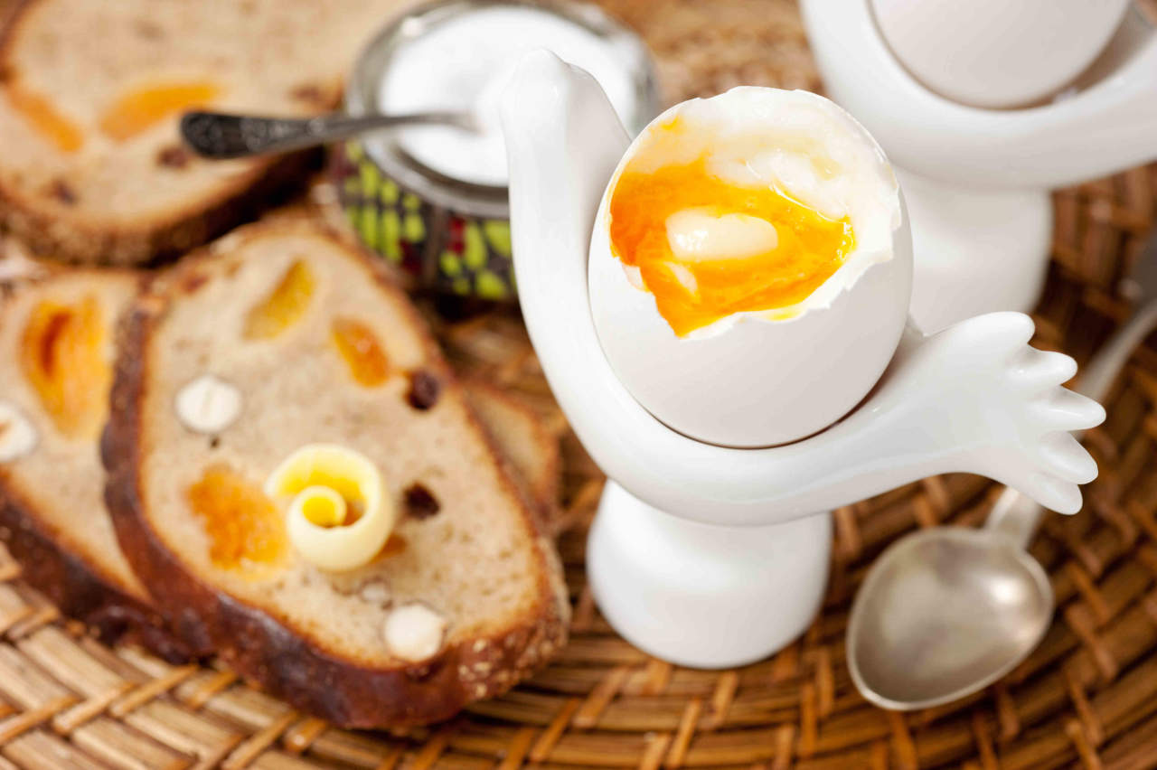 Boiled egg and whole grain bread with nuts and fruit for Cucinare le uova