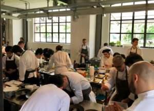 Chef della manifestazione The Vegetarian Chance che preparano i loro piatti per la competizione