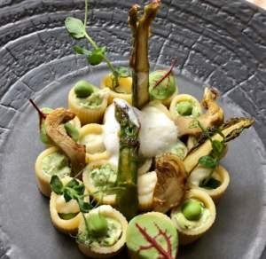 Rigatoni di primavera, ricetta di Willy Berton con asparagi, carciofi, piselli freschi e crema di anacardi all'erba cipollina