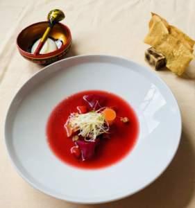 Borsch della Quaresima. Ricetta di Walter Casiraghi con barbabietola, verdure, smetana di mandorle e chips slle erbe