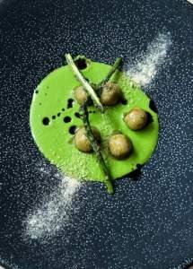 Lo gnocco, ricetta di Matteo Carelli , con crema di asparagi e aceto balsamico