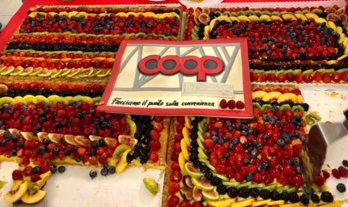 La torta offerta al taglio del nastro, all'inaugurazione del superstore Coop di Parabiago