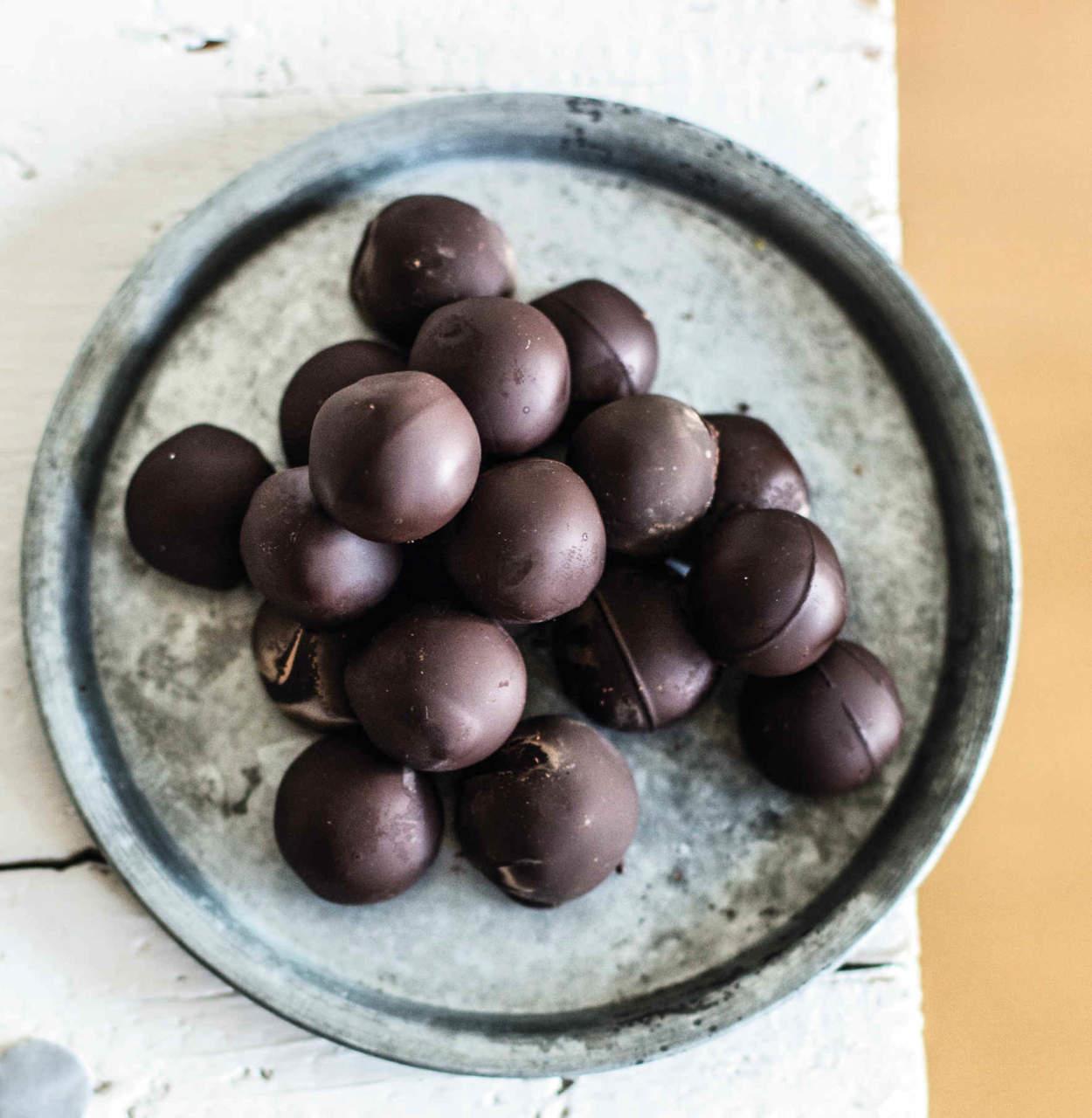 Praline al cioccolato con cuore di arachidi, mandorle e caffè - Cucina  Naturale