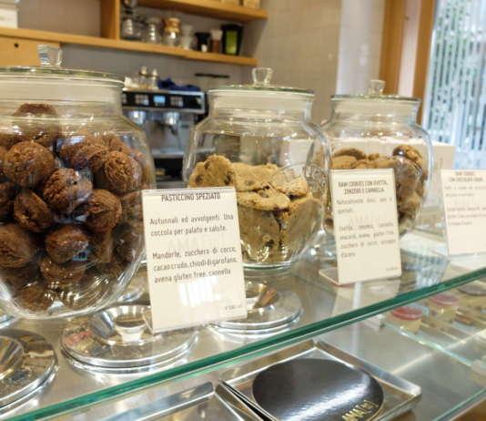 Vasi di vetro con diverse tipologie di biscotti crudisti della pasticceria AMAti! di Milano