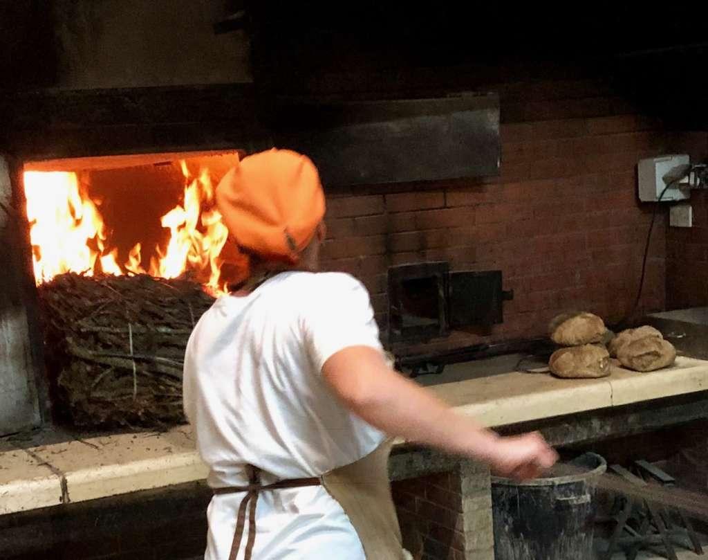 Il forno Di Fonzo di Laterza è caricato con fascine di legna