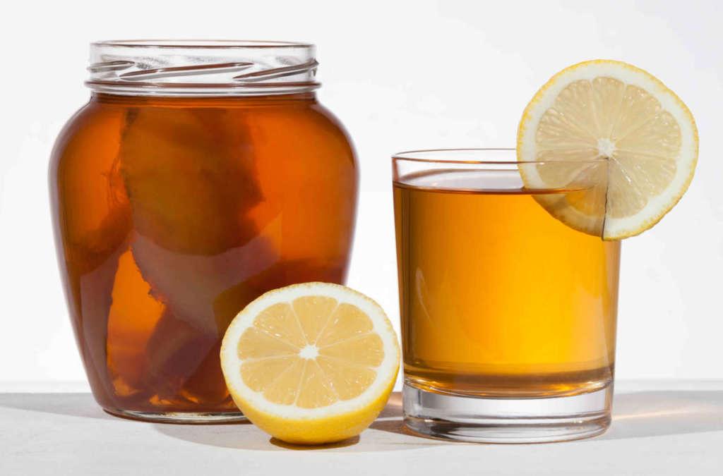 barattolo con tè e scoby, bicchiere con fetta di limone