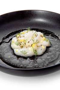 Capasanta larice e cumino (il pepe è usato nella marinatura). Un piatto di Stefano Sforza