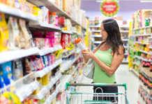 donna che controlla etichetta al supermercato