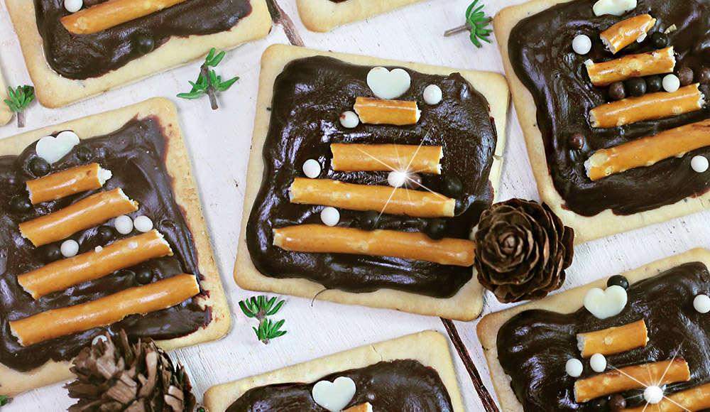 Crackers al cioccolato con alberelli di bretzel