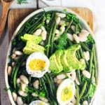 Fagioli e fagiolini al pesto, con avocado e uova