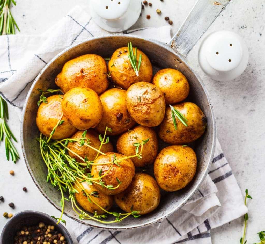 patate arrosto in ciotola di metallo