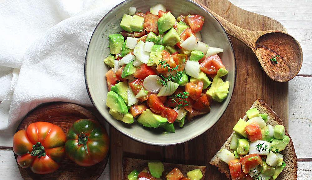 Insalata di avocado, cipollotto e pomodoro