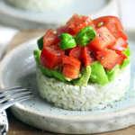 Torretta di riso con avocado e pomodoro