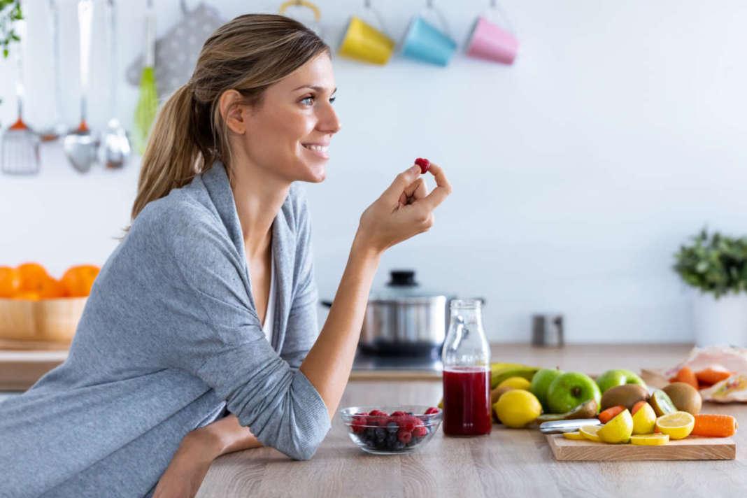 donna che mangia frutta ricca fruttooligosaccaridi