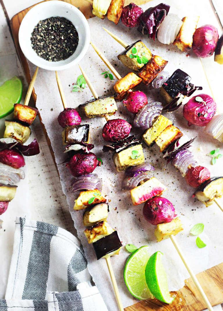 Spiedini di verdure viola estive