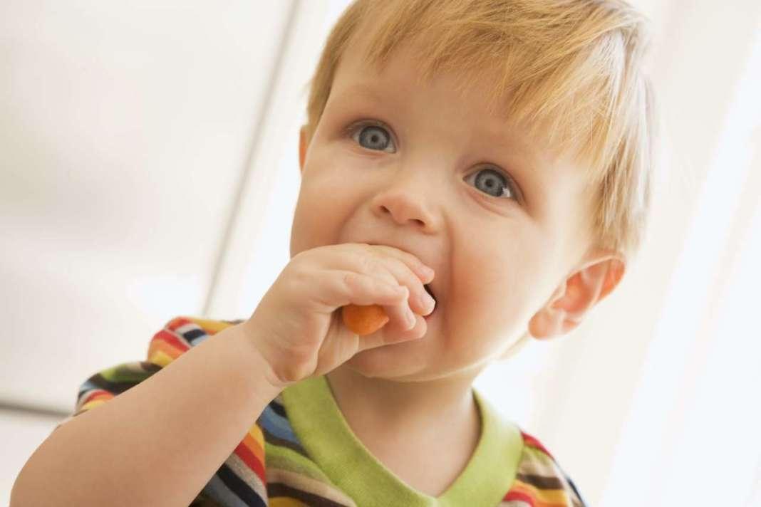 Glifosato nella dieta: bambino piccolo che mangia una carota