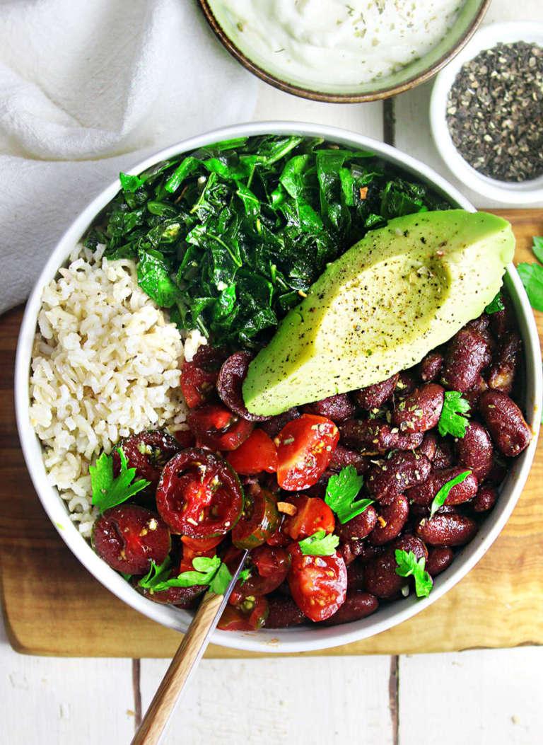 Bowl di riso, fagioli e cavolo nero