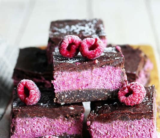 Torta vegan crudista cioccolato e lamponi