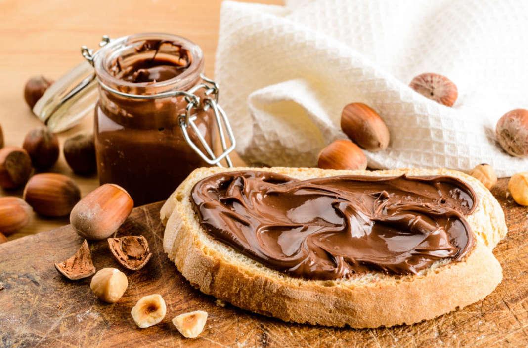 Crema di nocciola su fetta di pane