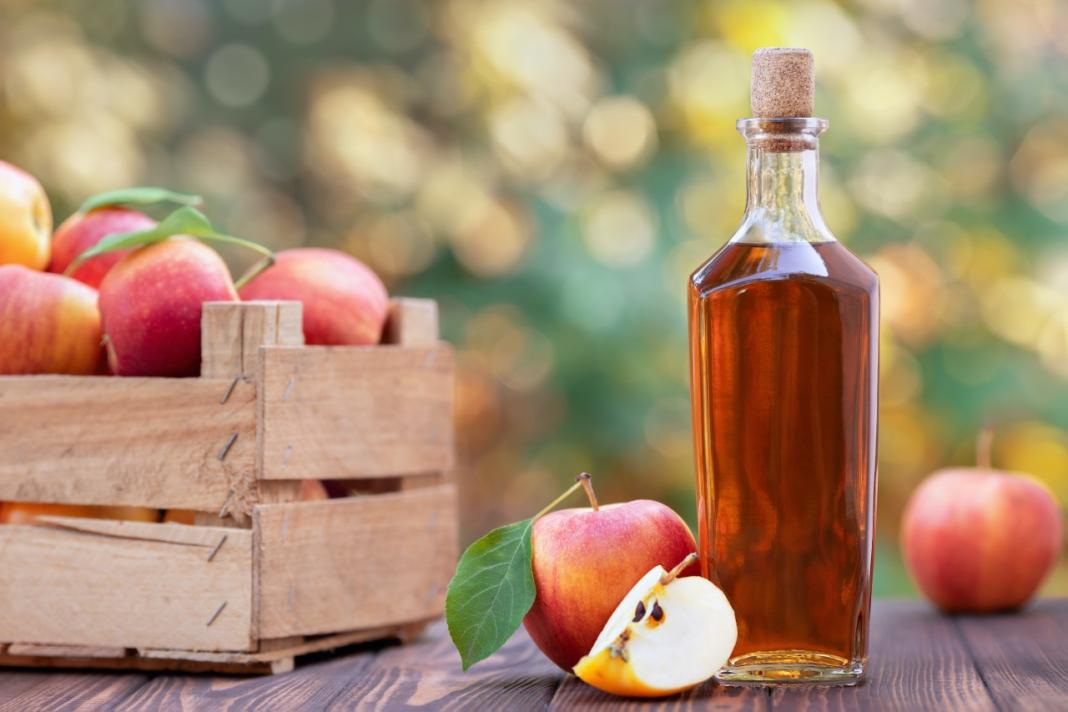 bottiglia di aceto di mele e mele