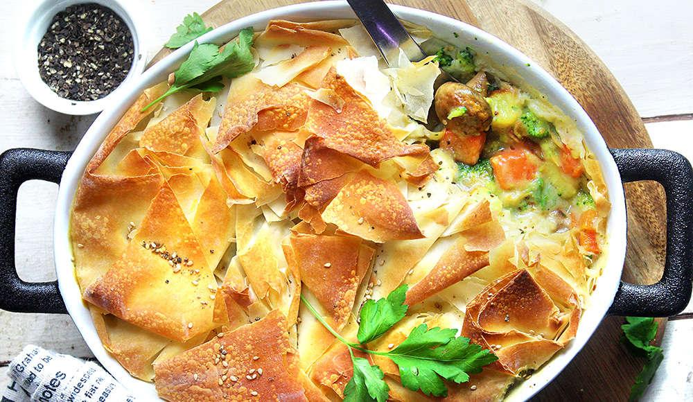 Teglia di verdure cremose vegan con pasta fillo