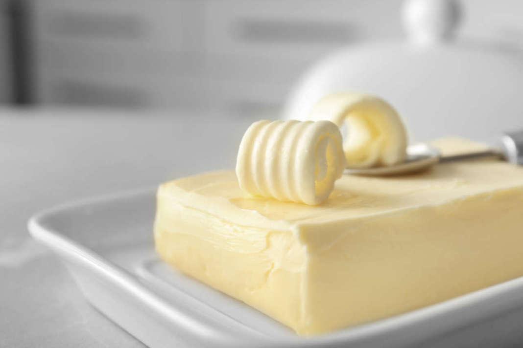 panetto di burro in burriera con ricciolo