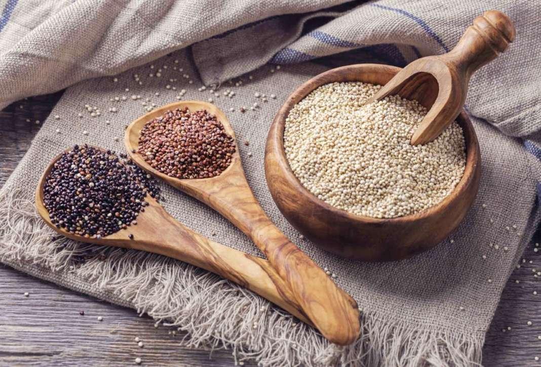 quinoa di diversi colori in contenitori di legno