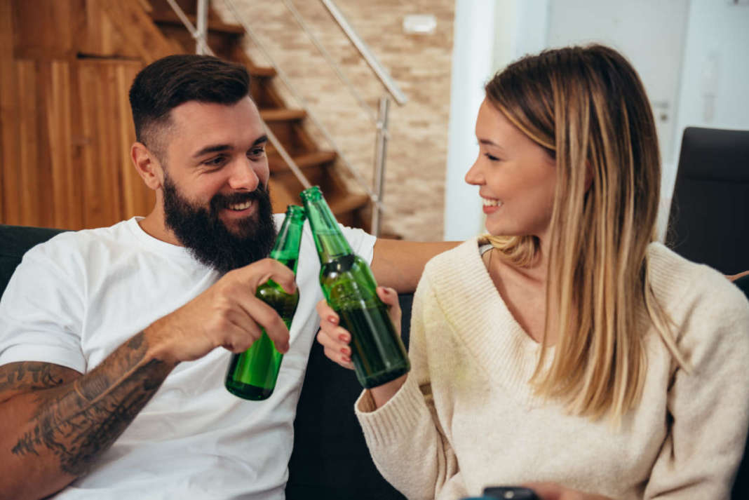giovane coppia che beve birra analcolica