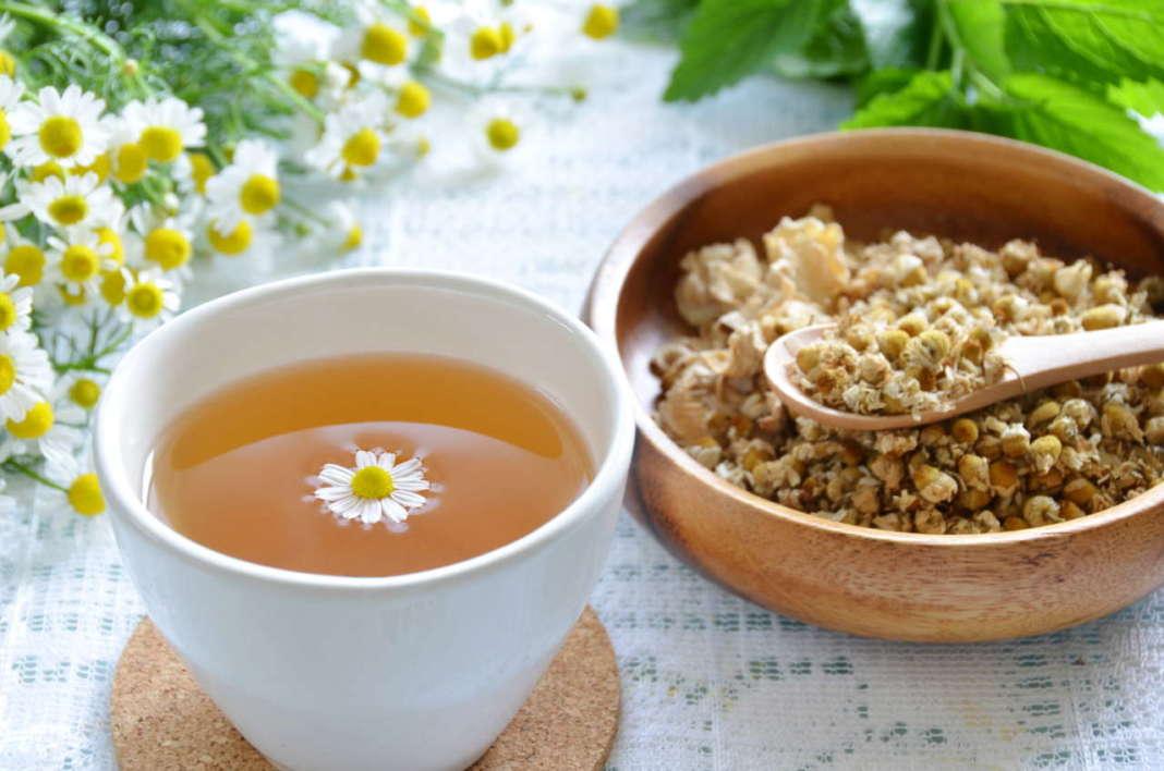tazza di camomilla con fiori secchi