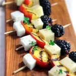 Spiedini pesche, more e formaggi
