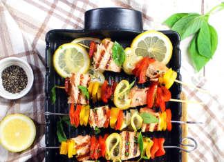 Spiedini di salmone, limone e peperone
