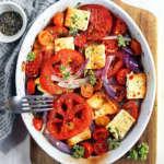 Teglia di pomodori, cipolle e feta al forno